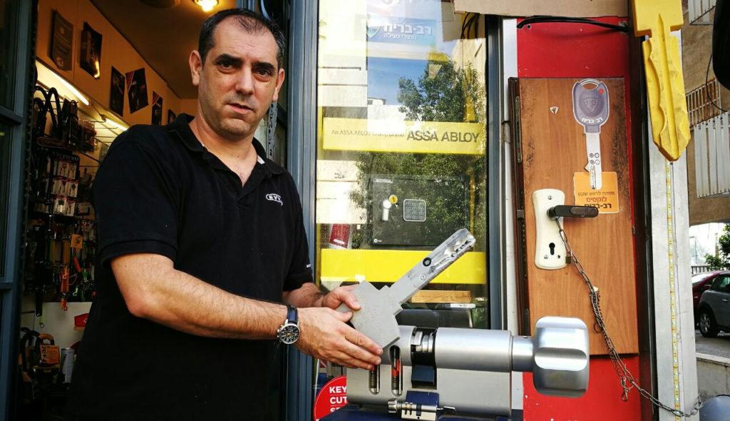 רפי מנעולן בתל אביב